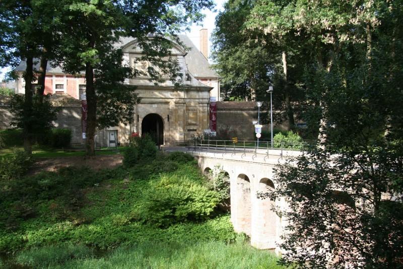 001-citadelle-grande-halle-citadelle-porte-royale-cituation-et-ensemble-denis-cordonnier-libre-de-droit-1040